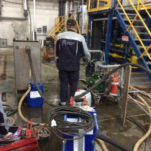 Работник АСГАРД-Сервис в специальной униформе выполняет работы на объекте