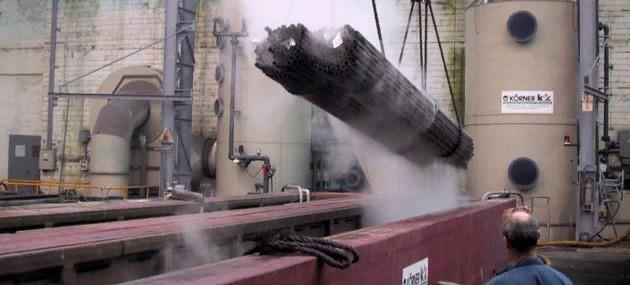Происходит процесс травления металла
