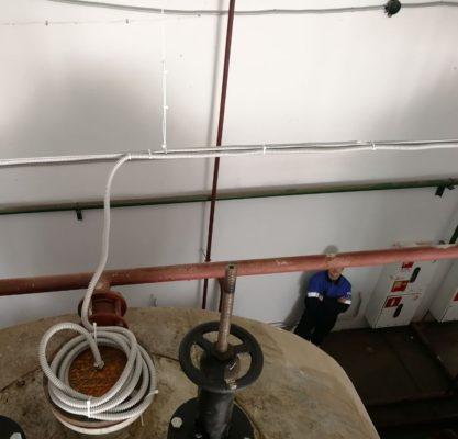 Ход работ по прокладке электрического кабеля в гофрированном шланге между датчиками и электронной системой