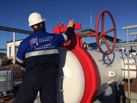 Специалист АСГАРД выполняет работы на трубопроводе