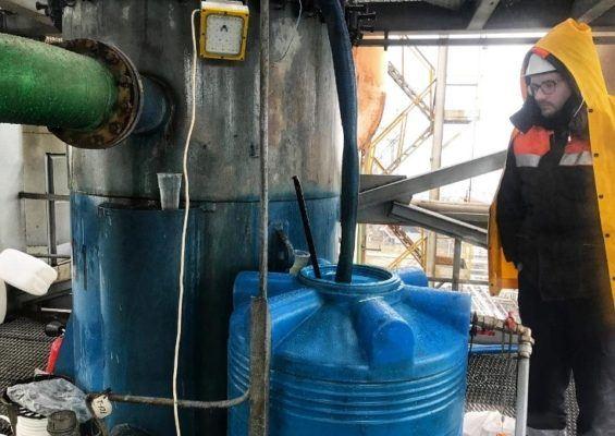 С помощью специальной машины раствор был слит, аппараты промыты водой